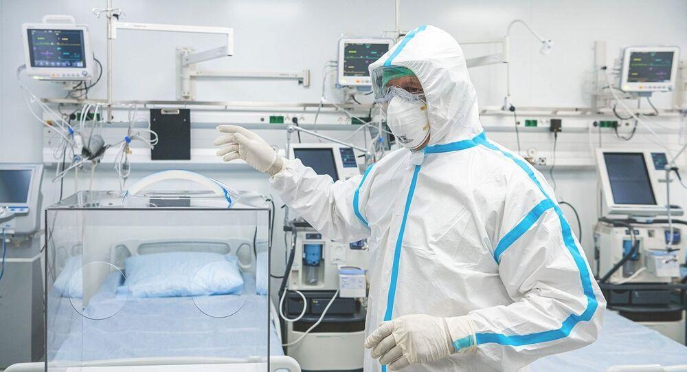 Un médecin dans une chambre d'hôpital spécialisé dans le Covid-19