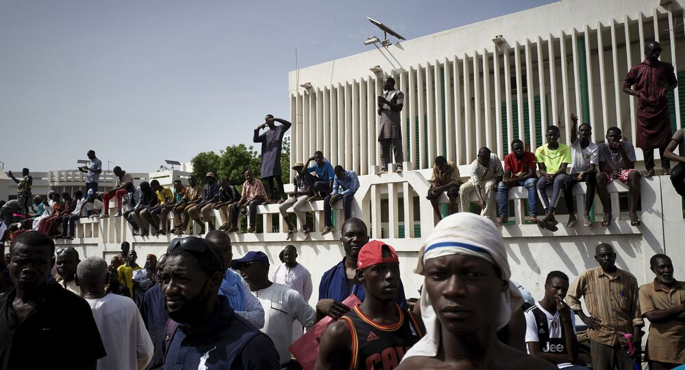Des maliens manifestent à Bamako pour le départ de leur Président Ibrahim Boubacar Keita.