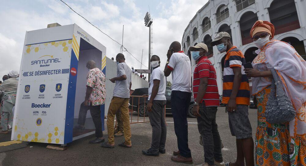 Des supporters RHDP avant la cérémonie en hommage à Amadou Gon Cloulibaly à Abidja, le 15 juillet 2020.