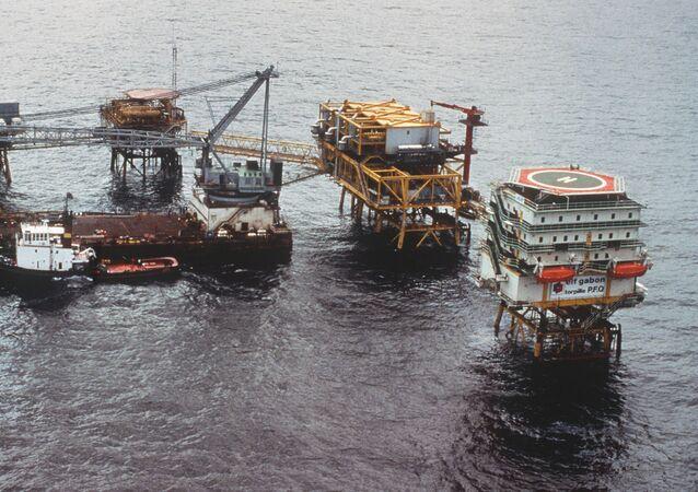 Plateforme pétrolière de forage offshore de la compagnie Elf Gabon, au large de la ville de Port Gentil le 29 mai 1990.
