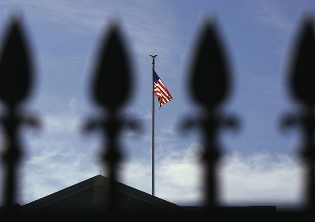 Le drapeau américain au-dessus de la Maison-Blanche