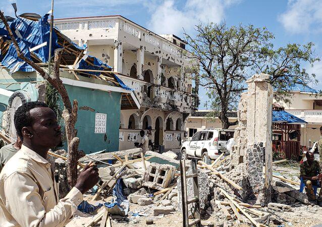 Des décombres après une explosion revendiquée par les Shebabs, en Somalie.