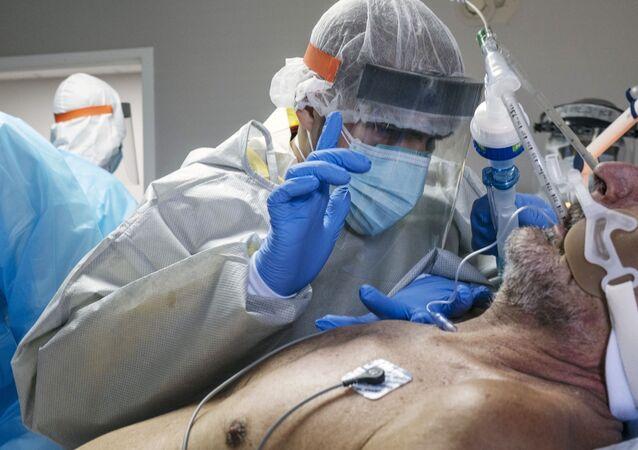Un médecin examine un patient atteint du Covid-19 dans un hôpital de Houston (archive photo)