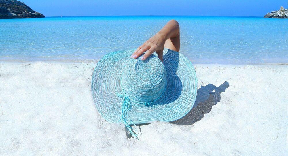 Une femme sur une plage (image d'illustration)