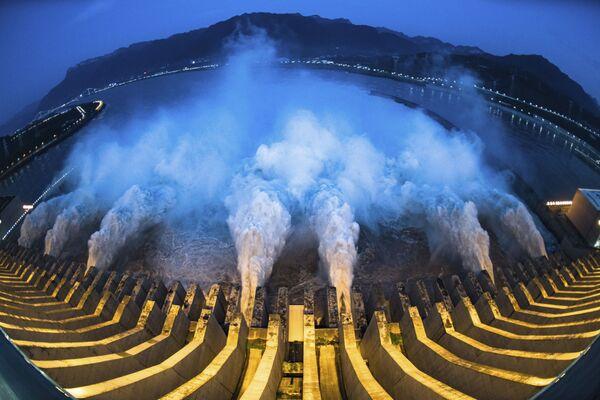 Images saisissantes d'un lâcher d'eau au barrage des Trois-Gorges en Chine   - Sputnik France