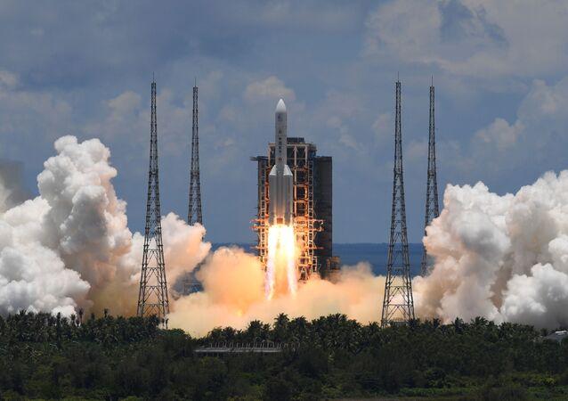La Chine lance une fusée Longue Marche 5 transportant une sonde à destination de Mars