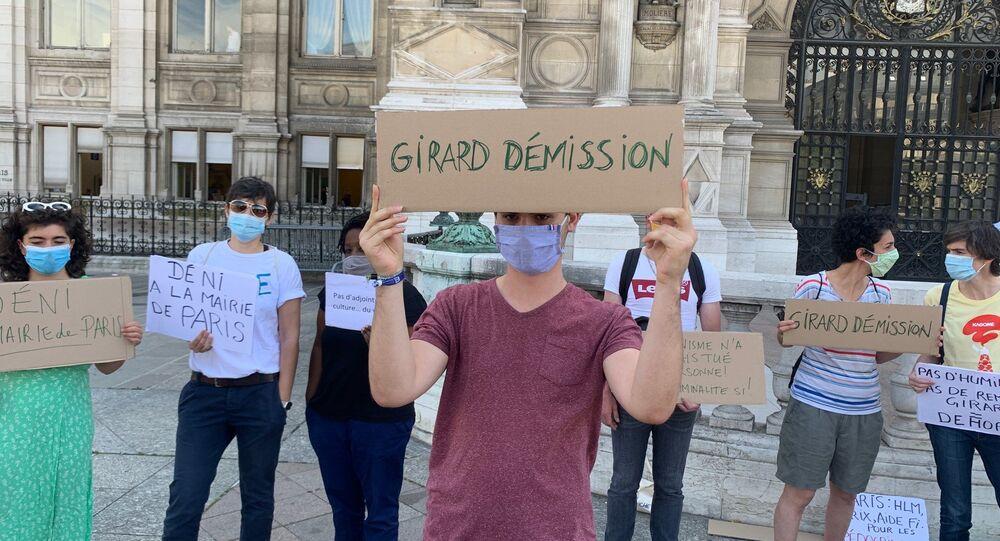Des féministes se mobilisent en face de la mairie de Paris pour demander la démission de Christophe Girard, en raison de ses liens avec l'affaire Matzneff, le 23 juillet 2020