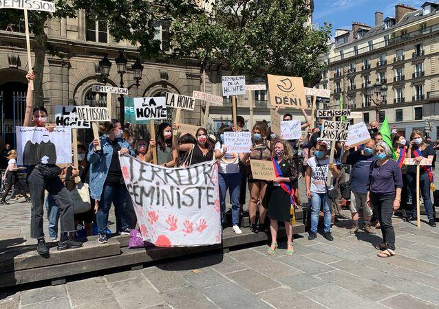 Des organisations féministes manifestent sur le parvis de l'Hôtel de Ville à Paris