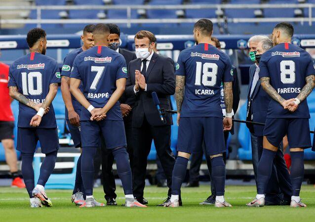Emmanuel Macron échange avec Kylian Mbappé avant le début de la finale de la Coupe de France PSG-Saint-Etienne, 24 juillet 2020
