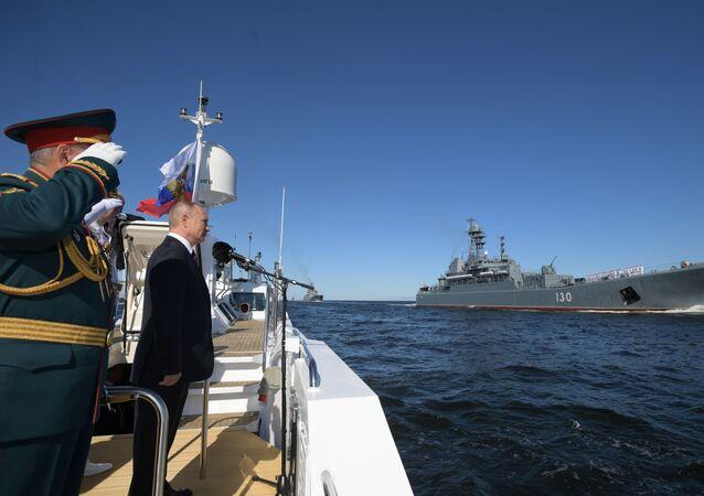 Défilé naval à Saint-Pétersbourg à l'occasion du Jour de la marine russe