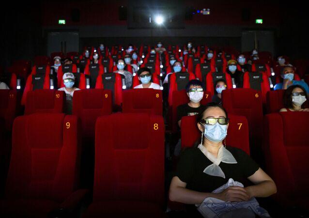 Une salle de cinéma à Pékin, les visiteurs respectent les gestes barrières et portent des masques