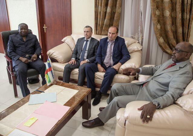 Valeri Zakharov, conseiller du Président de la République centrafricaine pour la sécurité nationale ( au centre à droite) et Henri Wanzet Linguissara, ministre de I'Intérieur chargé de la Sécurité Publique (à droite)