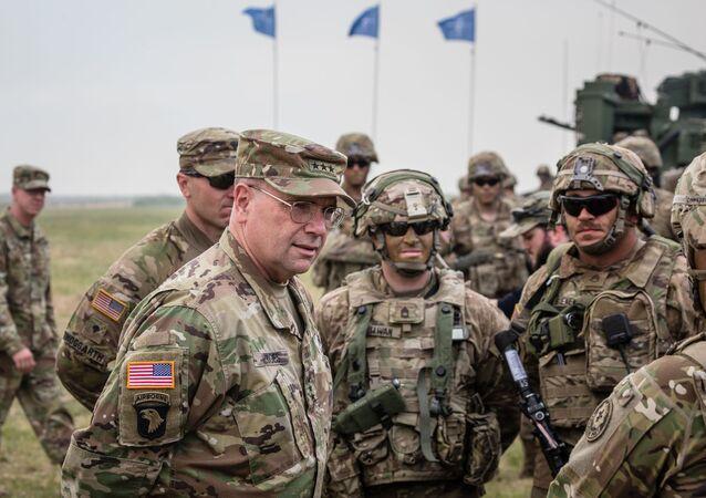 Ben Hodges, commandant des forces US en Europe s'entretient avec des soldats américains après des exercices en Pologne (archives photo)