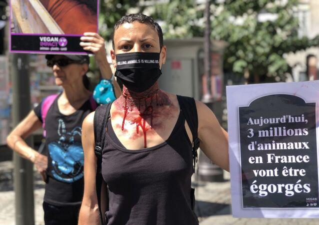 Un activiste du collectif Vegan Impact lors d'une action à Paris