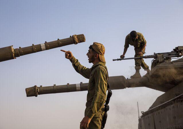 Des soldats israéliens restaurant des tanks dans la partie du Golan contrôlé par l'Etat Hébreu, tout près de la frontière avec le Liban, mardi 28 juillet 2020