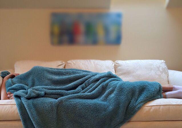 Une personnes sous une couverture
