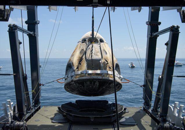 Le chargement de la capsule Crew Dragon sur la plateforme Go Navigator
