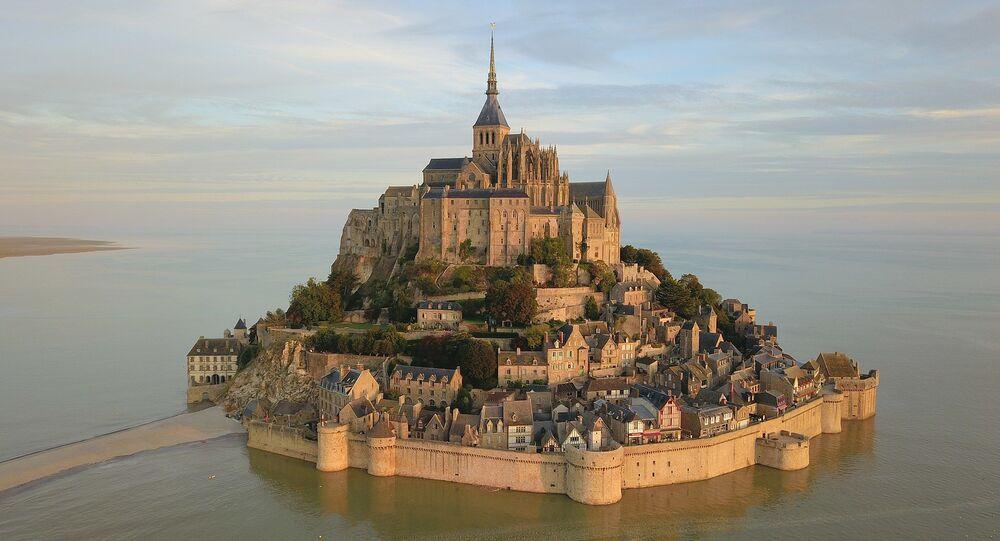 Le Mont-Saint-Michel vu du ciel au lever du soleil