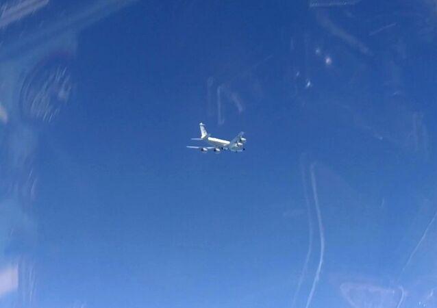 Un RC-135 de l'US Air Force vu depuis un chasseur russe Su-27 (archive photo)