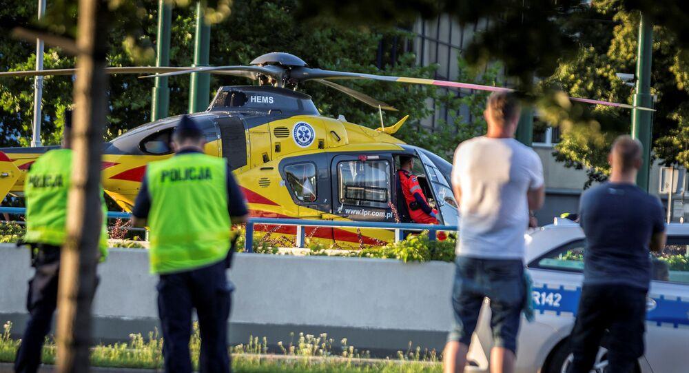Un hélicoptère de sauvetage sur le site de la chute du cycliste néerlandais Fabio Jakobsen