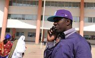 Un leader du mouvement Y'en a marre au téléphone devant le palais de justice de Dakar.