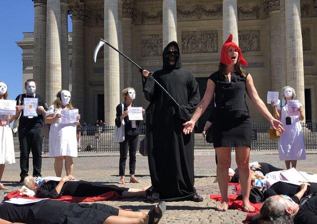 Une action des guides conférenciers devant le Panthéon à Paris