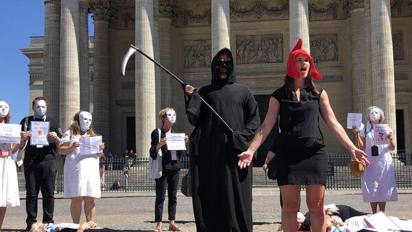 Une action des guides conférenciers devant le Panthéon à Paris - Sputnik France