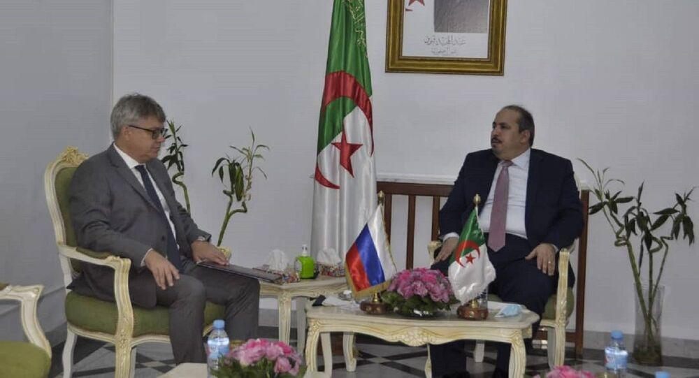 Abou el-Fadel Baâdji, le secrétaire général du Front de libaration nationale (FLN) et l'ambassadeur de Russie en Algérie