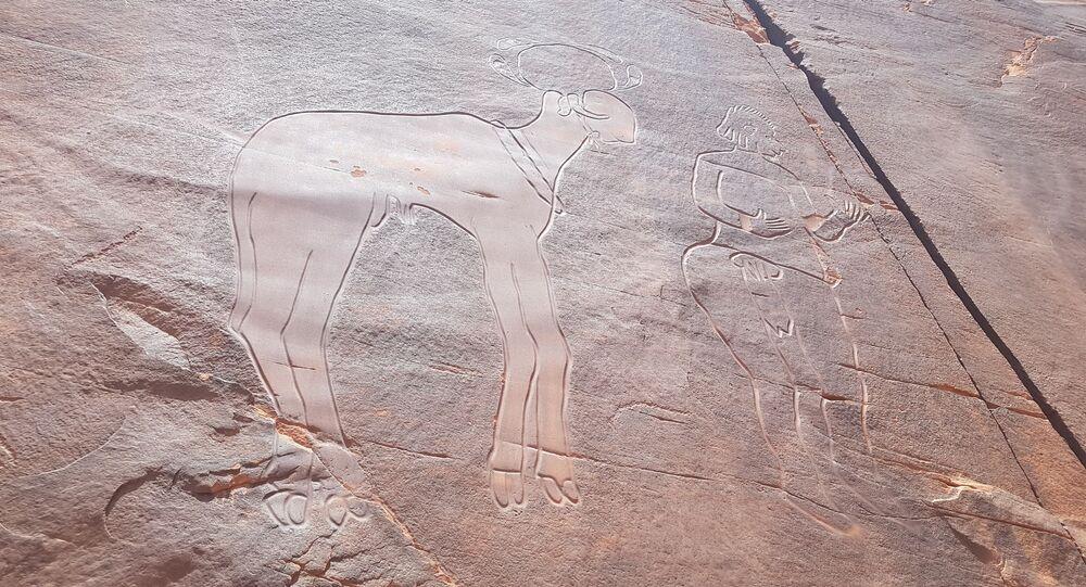 Gravure rupestre de la falaise de Fedjet el Kheil, période du Bubale (8.000-6.000 ans avant l'ère chrétienne), représentant un homme et un bélier à tête sphéroïde