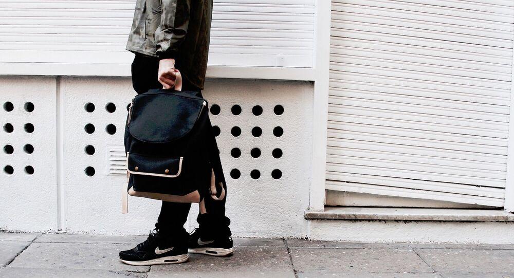 Un homme avec un sac à dos (image d'illustration)