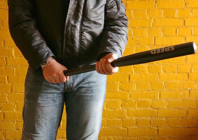 un homme avec une batte, image d'illustration