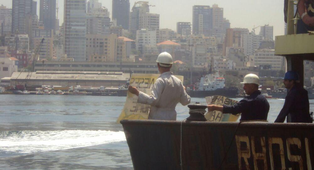 Arrêtés dans le port de Beyrouth, le capitaine Boris Prokochev et des membres de l'équipage du navire Rhosus demandent leur libération. Une photo prise à l'été 2014.