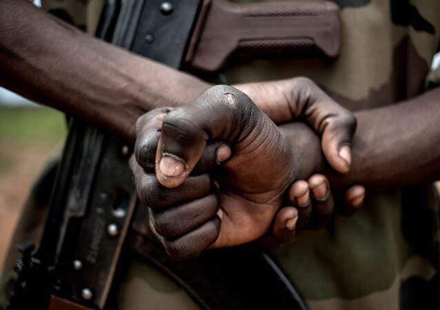 Un soldat avec un AK-47