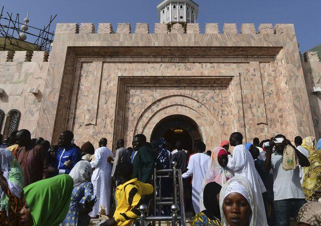 Des pèlerins rassemblés devant la Grande mosquée de Touba (Sénégal) à l'occasion du Magal en 2018.