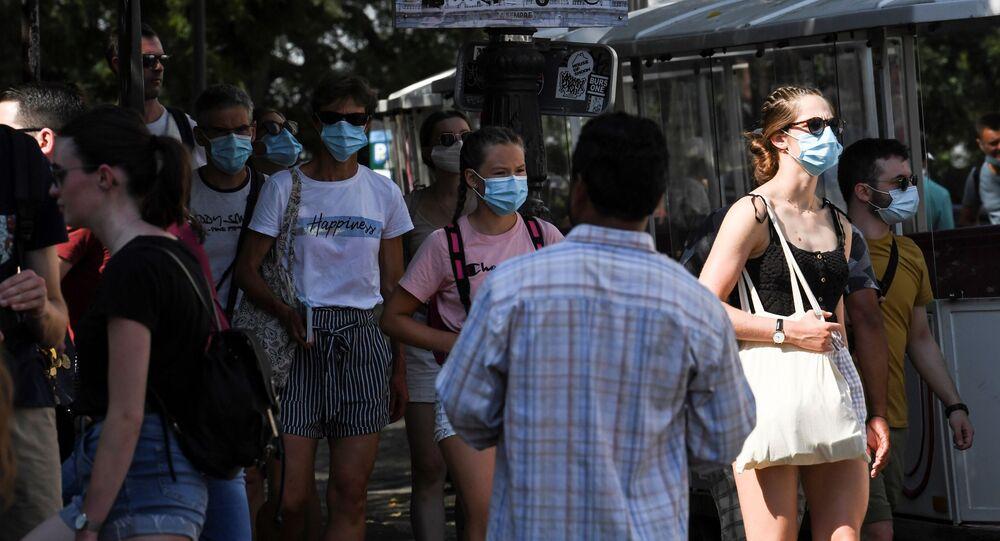Des gens portent des masques de protection à Montmartre, Paris.