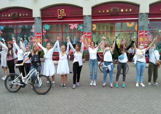 En Biélorussie, les femmes manifestent contre les actions des forces de l'ordre, le 12 août