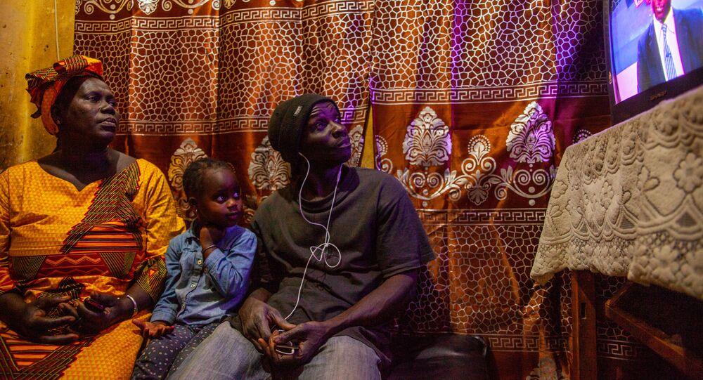 Une famille sénégalaise devant son téléviseur.