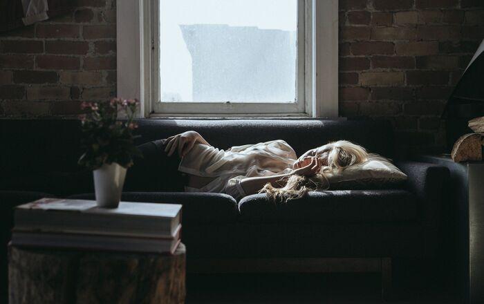 Une jeune femme sur le divan
