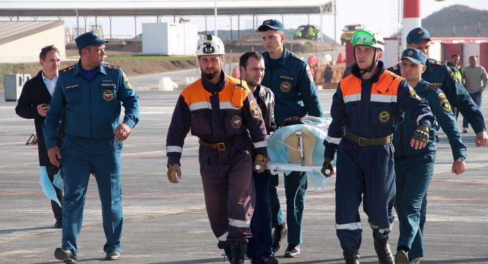 Des secouristes russes portant un blessé sur une civière (archive photo)