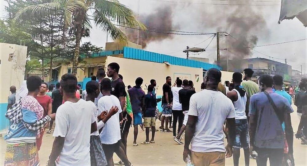 Des manifestants au commissariat de police de Bonoua (Côte d'Ivoire).