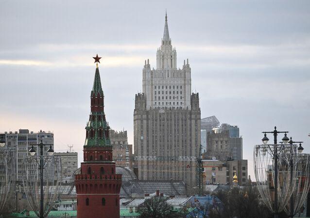Minsitère des Affaires étrangères et une tour du Kremlin