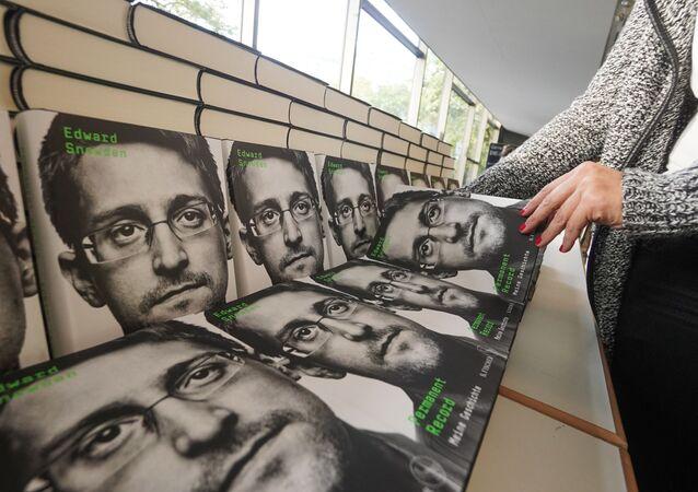 L'autobiographie d'Edward Snowden, intitulée « Permanent record » (« Mémoire vive » en France),
