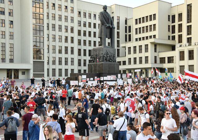 Les manifestants opposés au pouvoir sur la place de l'Indépendance