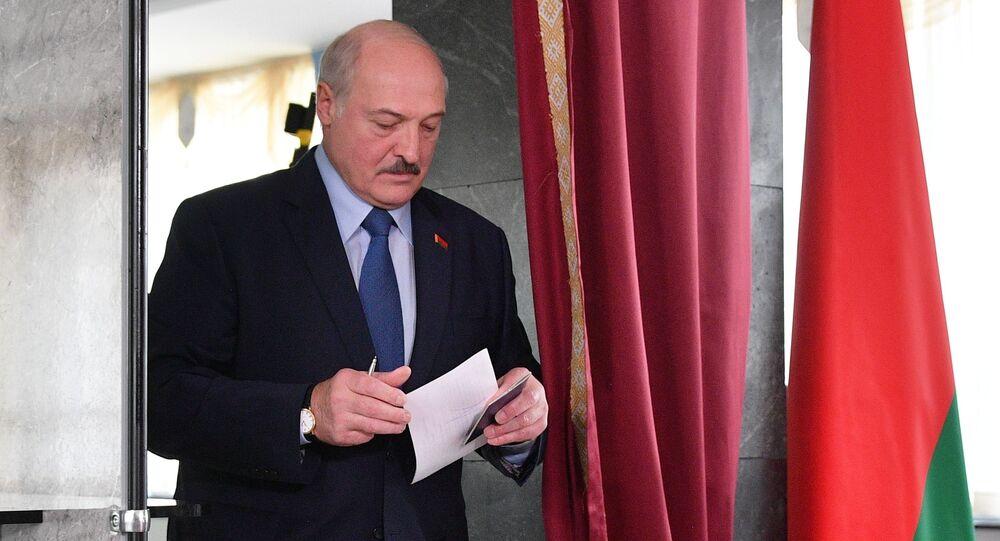 Alexandre Loukachenko dans un bureau de vote à Minsk