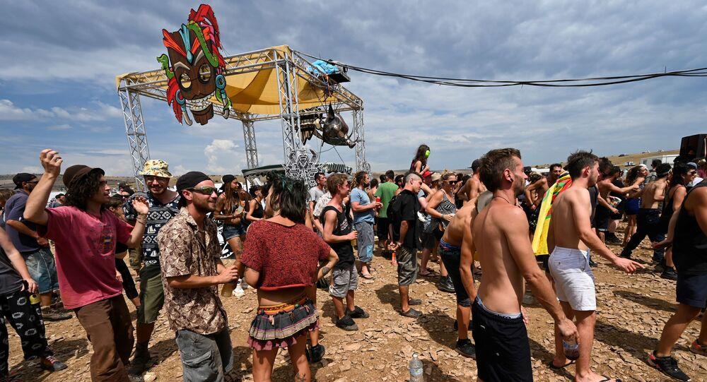 Des milliers de raveurs réunis pour un teknival sur le causse Méjean (Lozère)