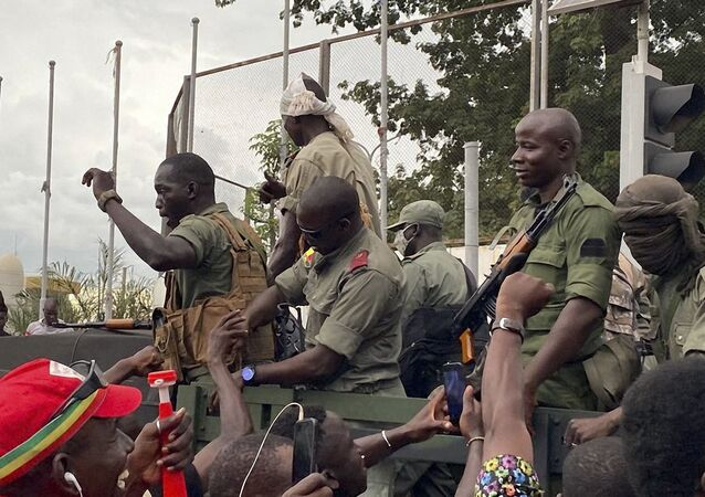 Les militaires maliens acclamés à leur arrivée boulevard de l'Indépendance à Bamako, le 18 août 2020.