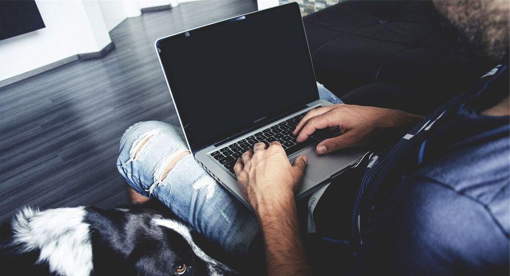Un homme sur son ordinateur, image d'illustration
