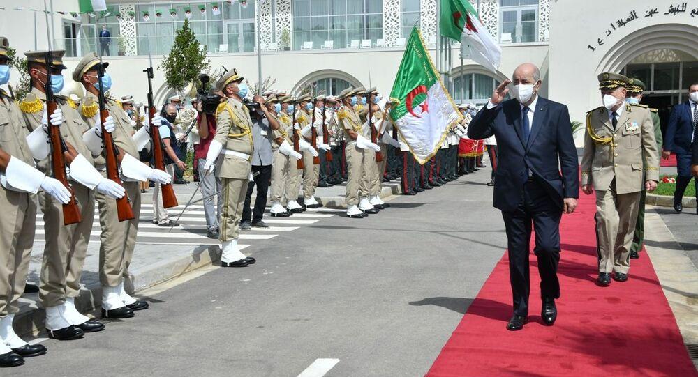 Le Président Abdelmadjid Tebboune saluant une formation de la Garde républicaine