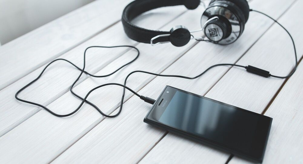 Un smartphone avec des écouteurs
