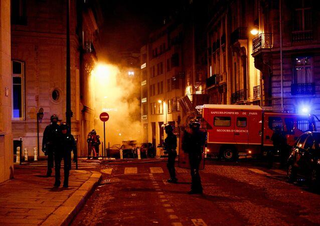 Près des Champs-Élysées après la défaite du PSG en finale de Ligue des champions
